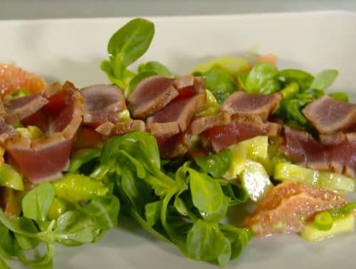 Butterzart trifft 800 Grad: Marinierter Thunfisch auf frischem Salatbett