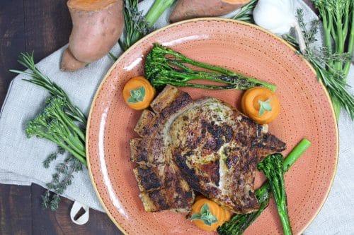 Pesto-Schweinekotelett mit gebeeftem Wildbrokkoli und Süßkartoffel-Püree