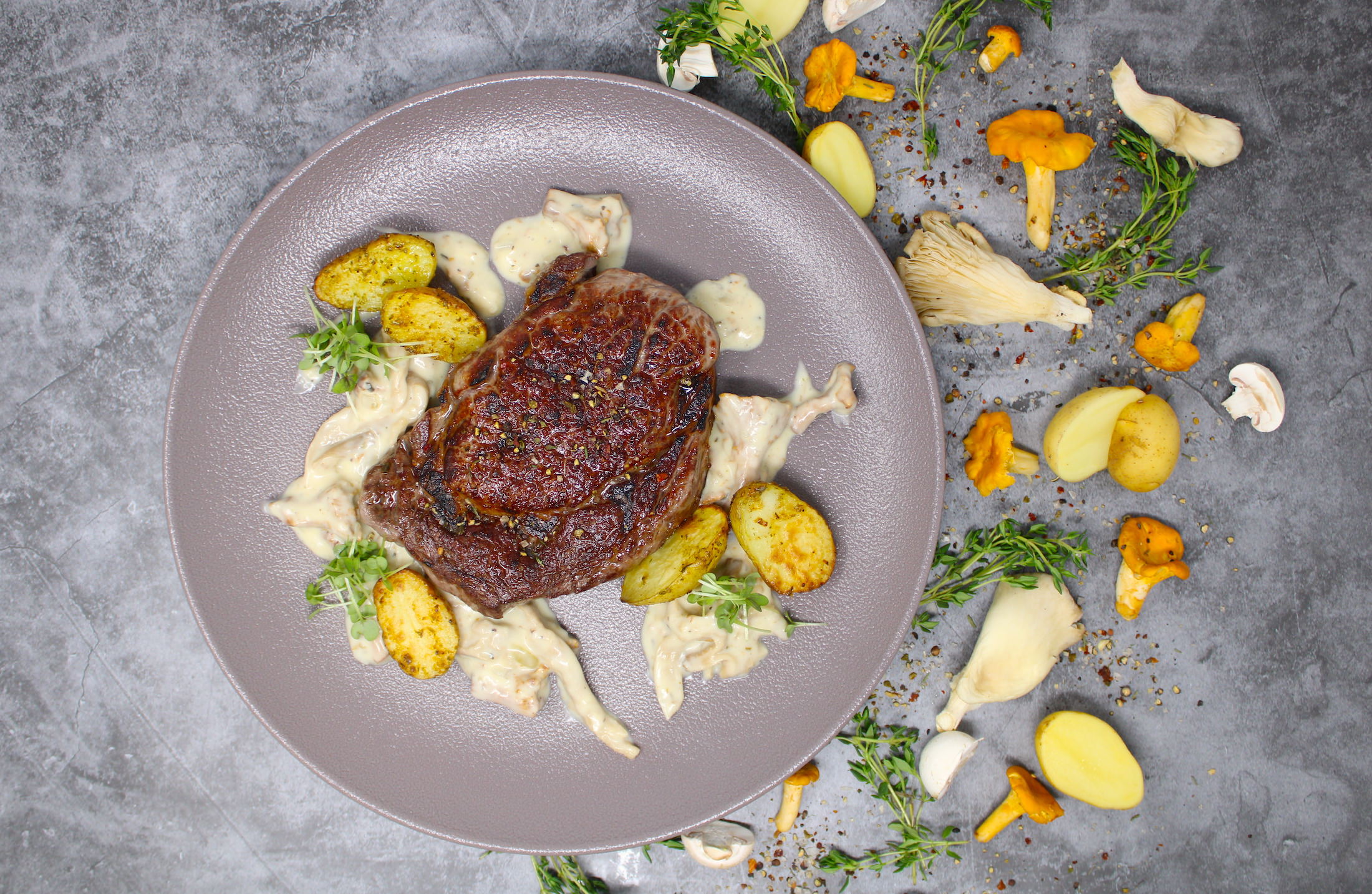 Frisch aus dem Beefer: Entrecôte mit Rahmpilzen und Drillingen