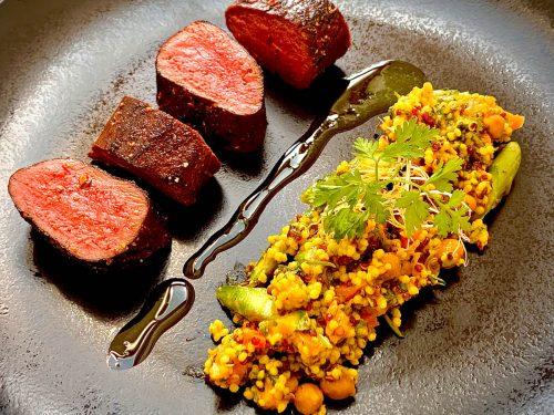 Gebeefter Rehrücken im Spicy Rub | Curry-Quinoasalat | Kerbelöl