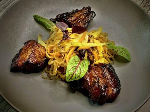 Gebeefter Char Siu Schweinebauch | Singapore Noodles | Gemüse