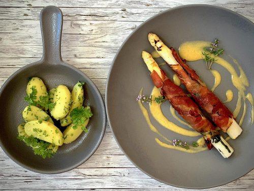 Gebeefter Spargel im Serranoschinken | Nussbutter-Hollandaise | Kerbelkartoffeln