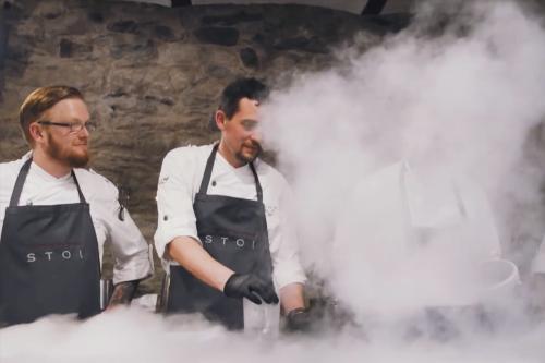 Heiko Antoniewicz beeft mit Lucki Maurer im STOI – 800 Grad Oberhitze trifft auf Koch-Visionär
