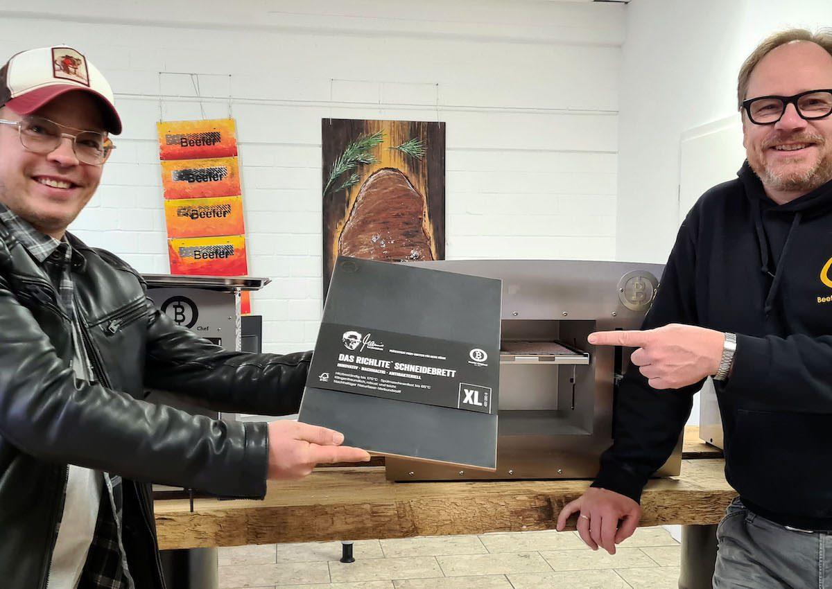 Beefer Schneidebrett by Mario Kotaska - hier mit Gründer Frank Hecker